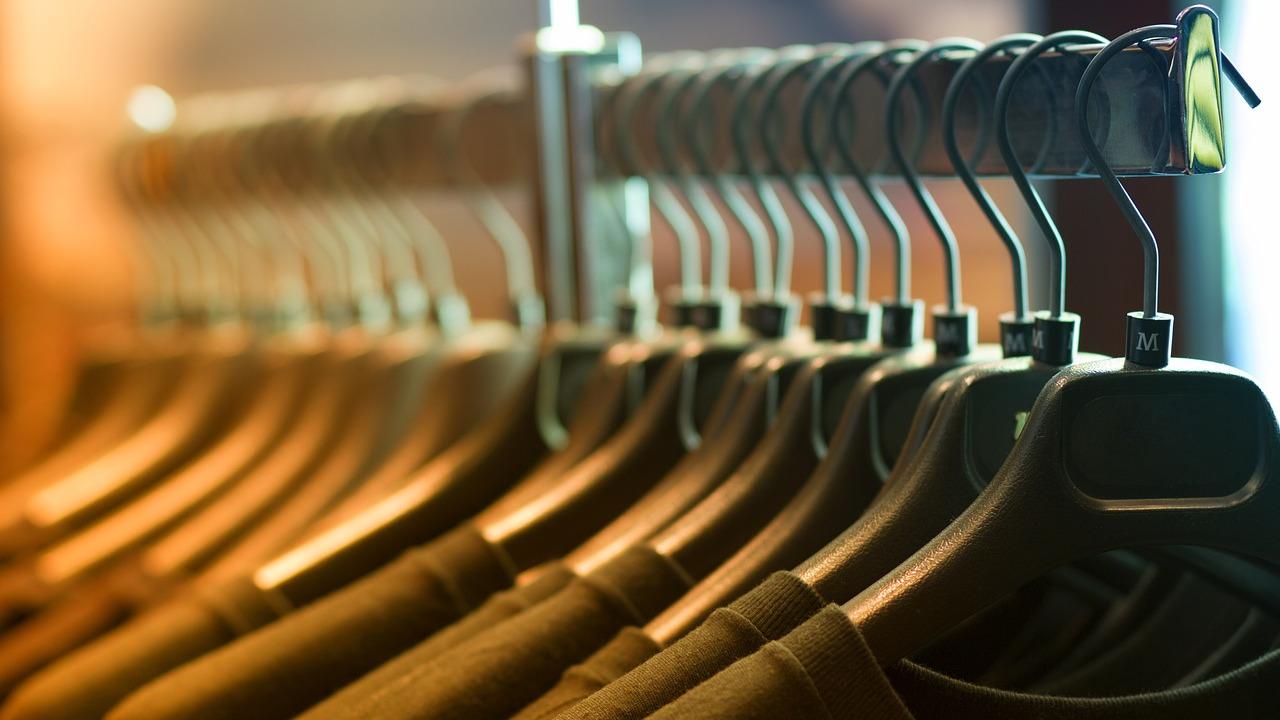 T-shirt z nadrukiem: oryginalny element ubrania w twojej szafie